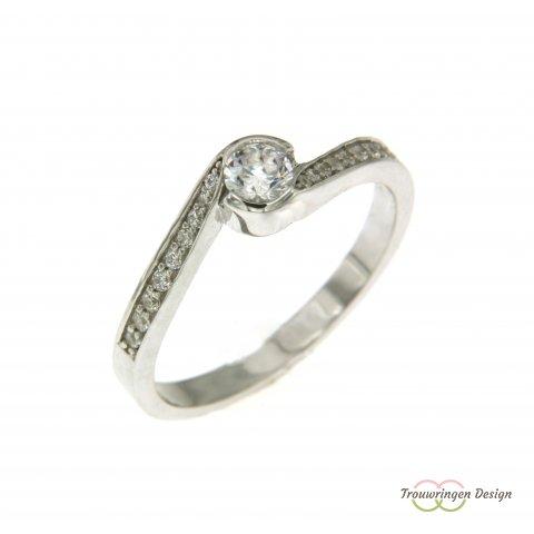 Smalle verlovingsring met veel diamanten